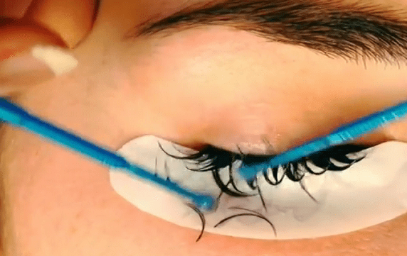 Removing eyelash extensions at home how to do it without damage removing eyelash extensions solutioingenieria Images